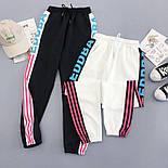 Женские спортивные штаны джоггеры на резинке с яркими лампасами 6812528, фото 3