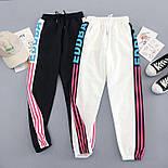Женские спортивные штаны джоггеры на резинке с яркими лампасами 6812528, фото 4
