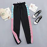 Женские спортивные штаны джоггеры на резинке с яркими лампасами 6812528, фото 5