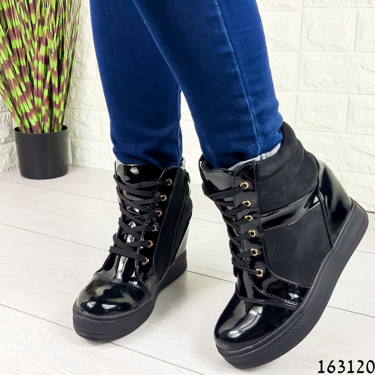 Жіночі черевики демісезонні чорні на танкетці з еко замші + еко лак. Всередині текстильна підкладка