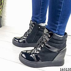Жіночі черевики демісезонні чорні на танкетці з еко замші + еко лак. Всередині текстильна підкладка, фото 2