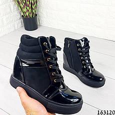 Жіночі черевики демісезонні чорні на танкетці з еко замші + еко лак. Всередині текстильна підкладка, фото 3