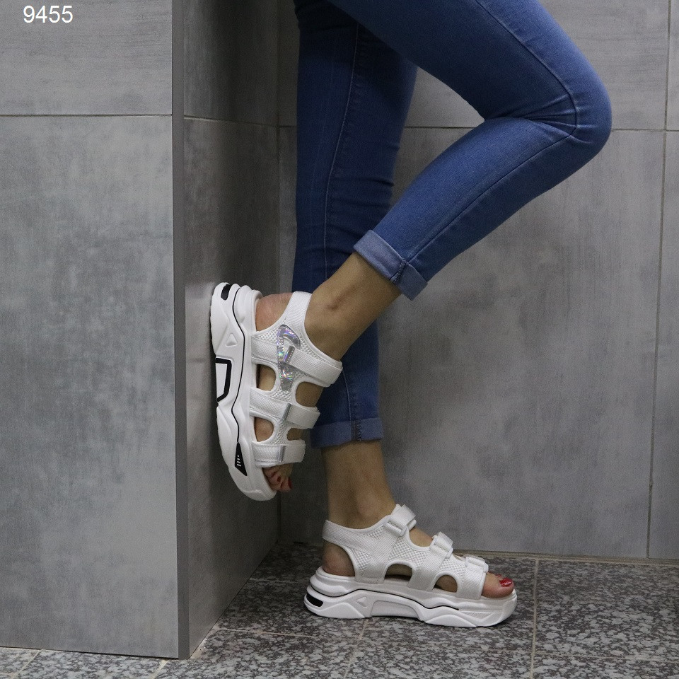 Белые спортивные босоножки на липучке