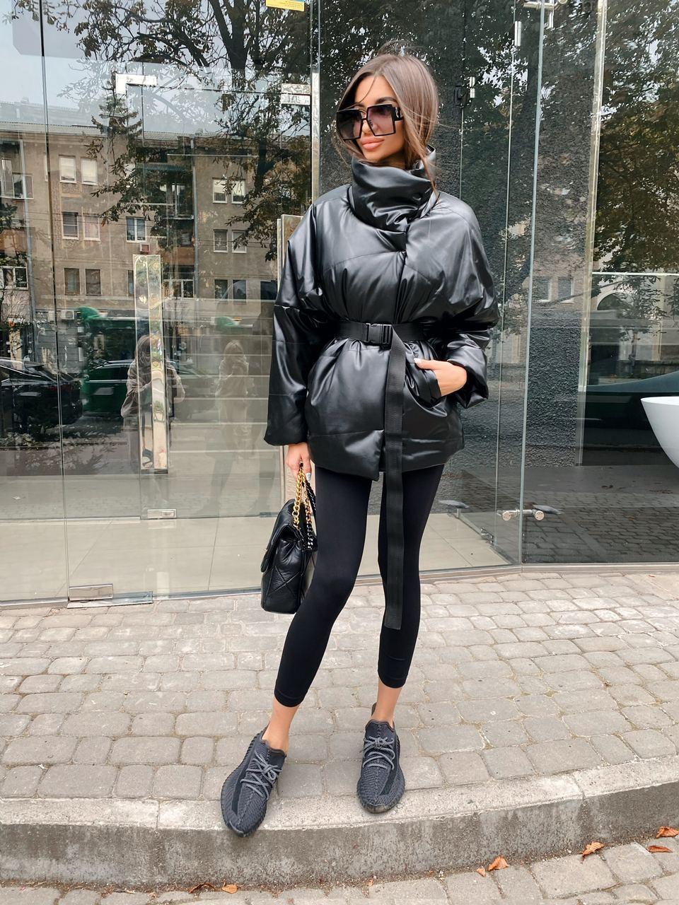 Женская демисезонная кожаная куртка со спущенным рукавом, воротником - стойкой и поясом 71kur338