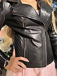 Чорна куртка з гладкої шкіри з діагональними рядками, фото 2