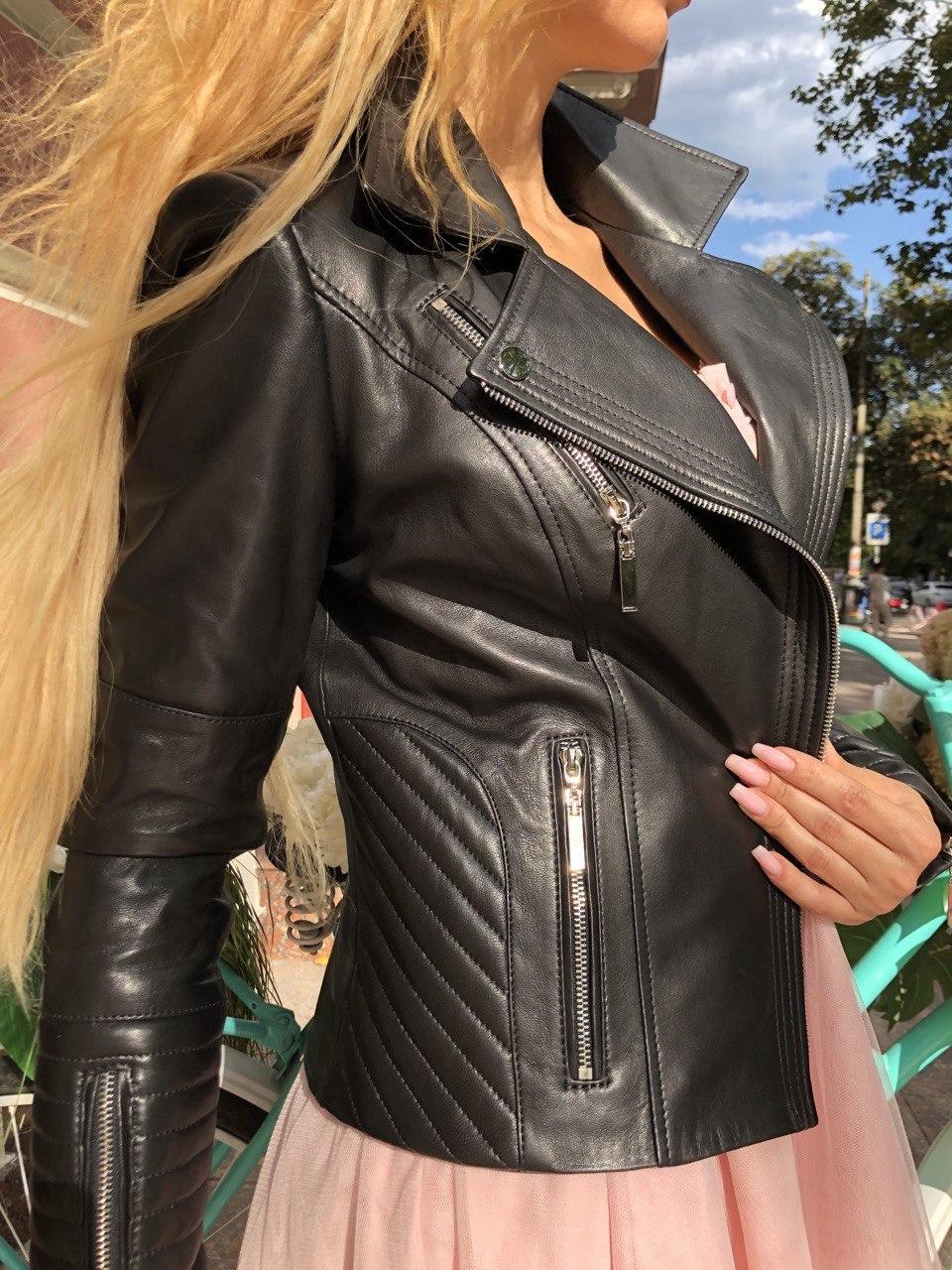 Чорна куртка з гладкої шкіри з діагональними рядками