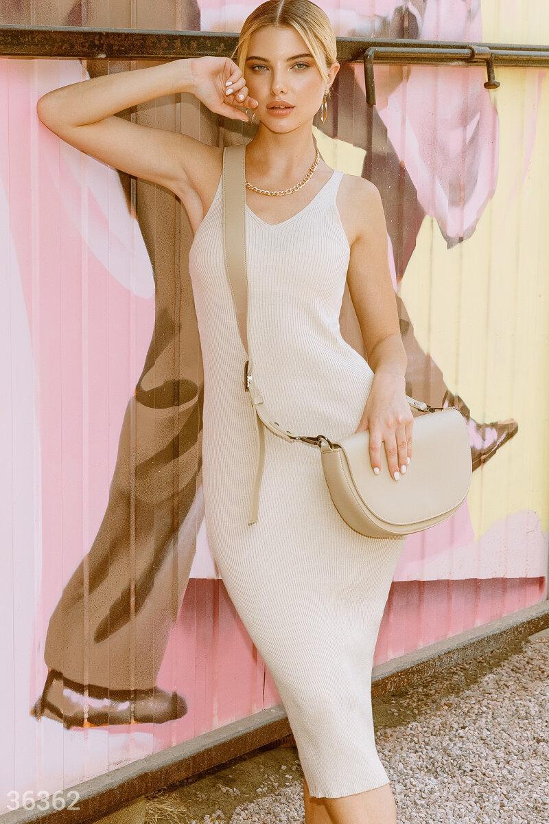 Облегающее трикотажное платье-миди бежевое