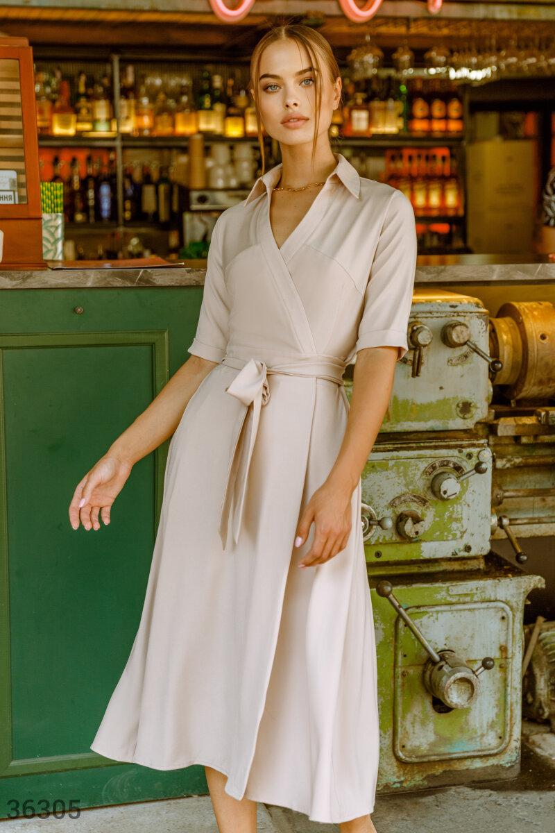 Платье на запах с отложным воротником бежевое