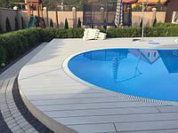 Площадка возле бассейна оформлена террасной системой Legro