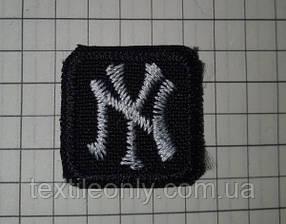 Нашивка New York s квадрат колір чорно білий 20x20 мм