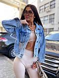 Женская джинсовка оверсайз с бахромой на карманах из страз джинсовая куртка, фото 6