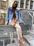 Женская джинсовка оверсайз с бахромой на карманах из страз джинсовая куртка, фото 7