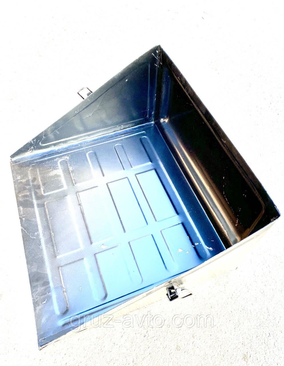 Крышка гнезда аккумуляторной батареи КамАЗ 5320 (пр-во КАМАЗ) металл на защелках/5320-3703158
