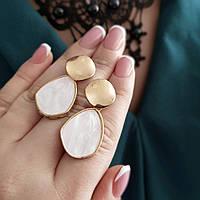 Серьги женские массивные золотистые со вставками светлых камней мраморного цвета