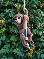 Садовая фигура Обезьяна на веревке.