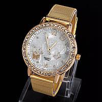 Женские наручные часы белого цвета с ремешком
