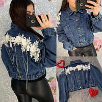 Женская короткая джинсовая куртка с цветочной аппликацией и цепочками