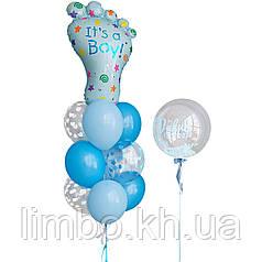 Композиция из шаров на выписку из роддома с фольгированным шаром Ножка и шар bubbles с перьями и надписью