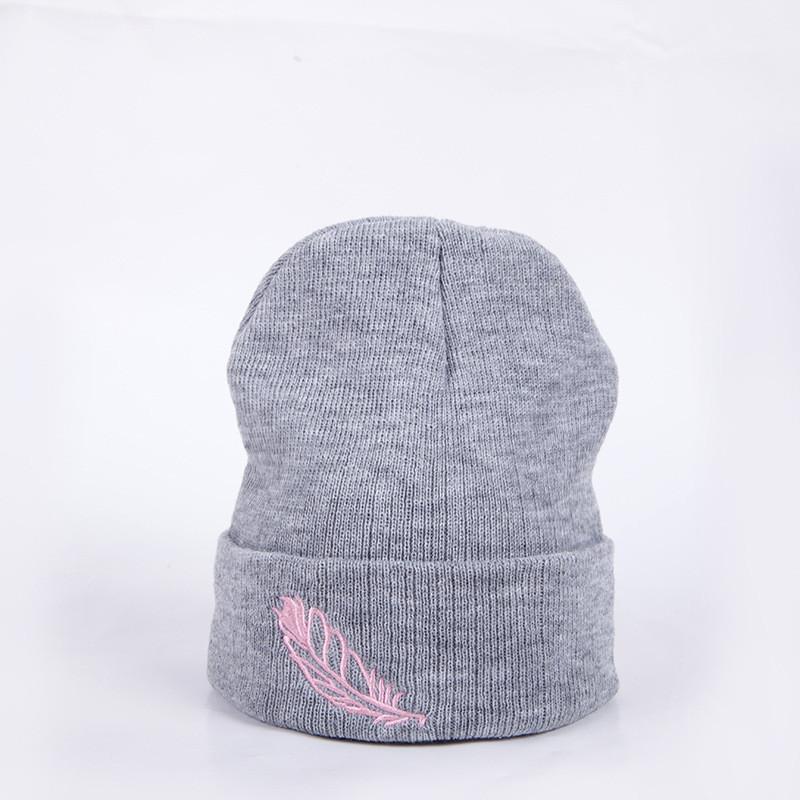 Красива тепла шапка з пір'їнкою тепла шапка