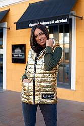 Женская жилетка на синтипоне с карманами с капюшоном на молнии