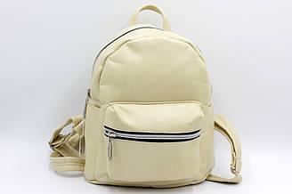 Женский компактный рюкзак из кож-зама бежевого цвета.