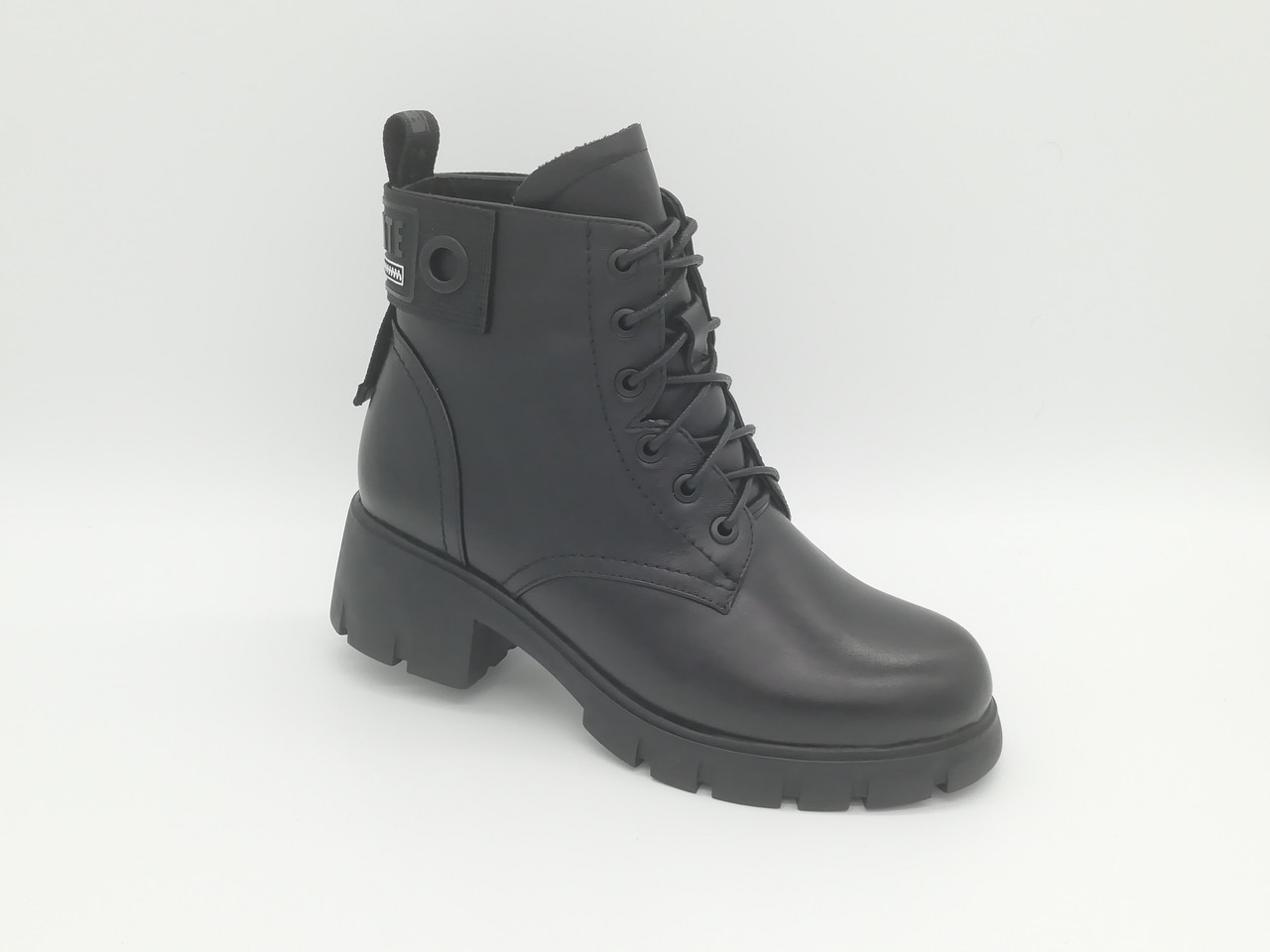 Зимние ботиночки на толстой подошве. Маленькие (33 - 35) размеры.