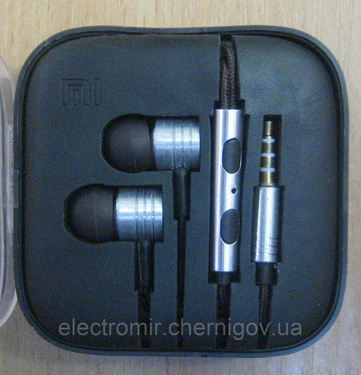 Наушники вакуумные с микрофоном в пластиковом кейсе MI (серебристые)