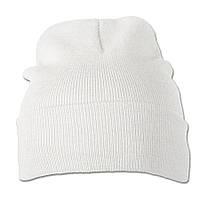 Белая вязаная шапка с отворотом