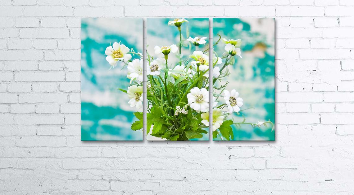 Модульная картина на холсте 3 в 1 Цветы в вазе на фоне окрашеной стени 60х90 см