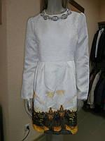 Красивое белое платье с принтом