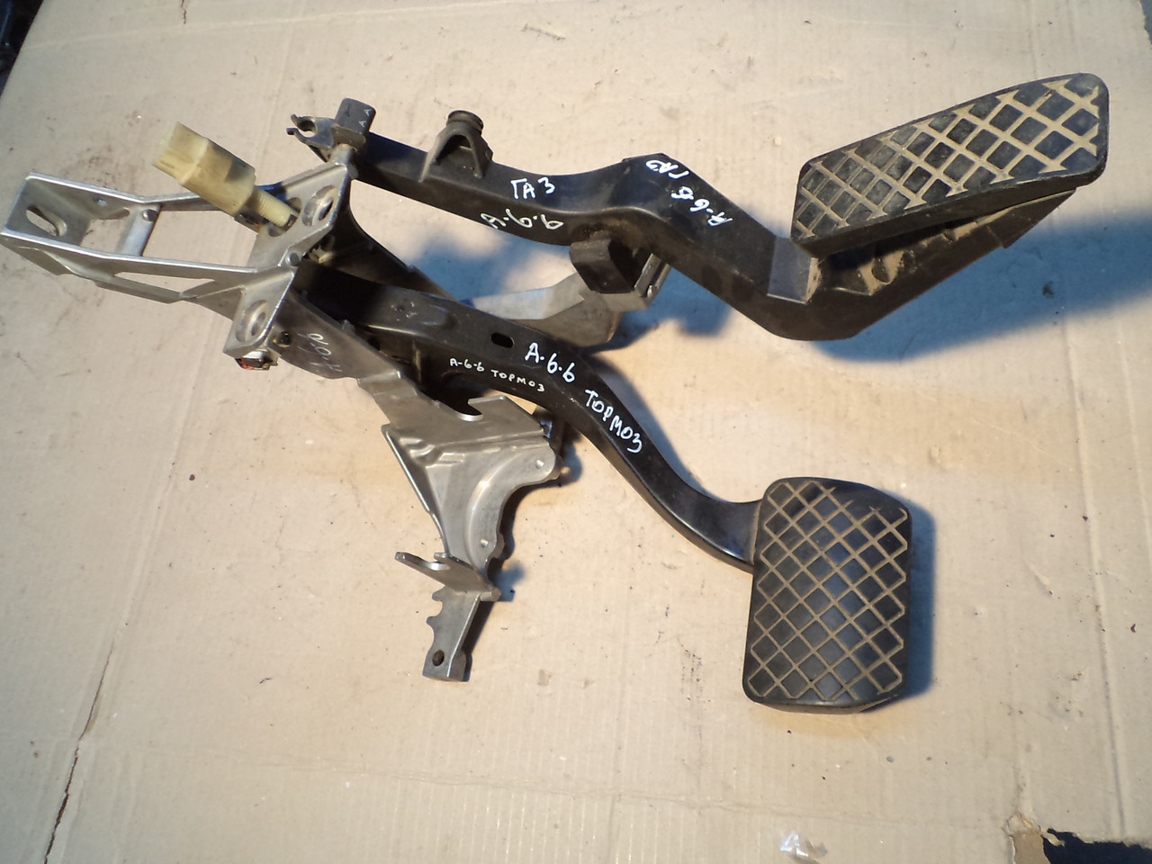 блок педалей газ и тормоз под акпп Audi A6 C5 25tdi 1998