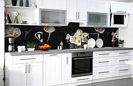 Виниловый кухонный фартук Белые Каллы самоклеющаяся пленка ПВХ скинали 3Д Цветы на черном фоне 600*2500 мм