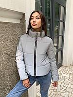 Женская демисезонная светоотражающая короткая куртка на молнии с воротником стойкой 65KU340