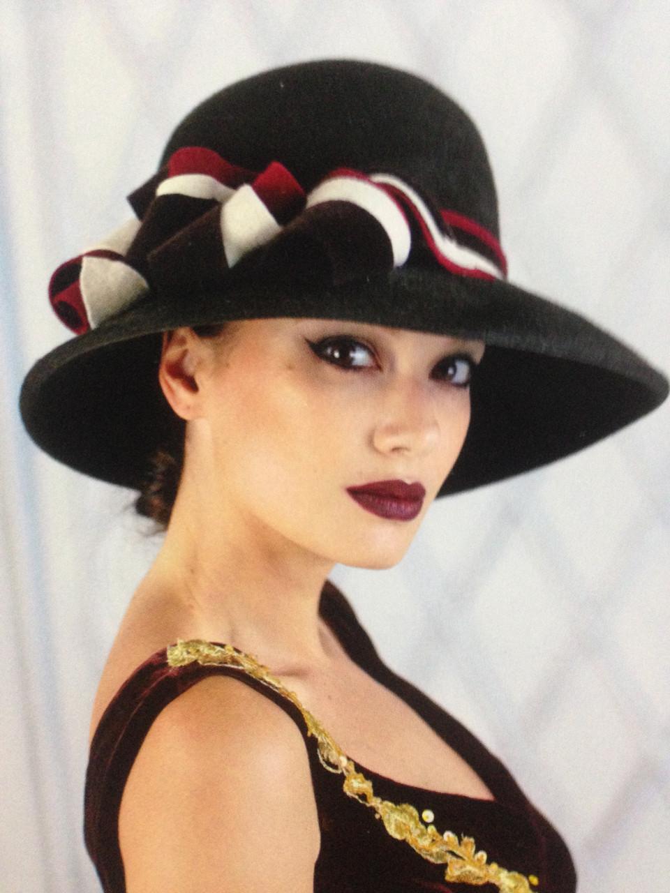 Шляпа с большими  полями ,белыми и красными лентами