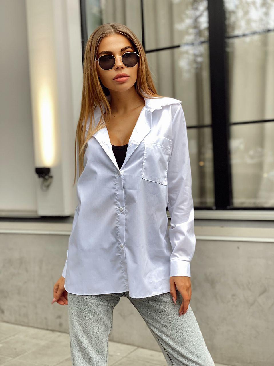 Женская коттоновая белая рубашка оверсайз прямого кроя с карманом на груди в едином размере 42-46 22bir406