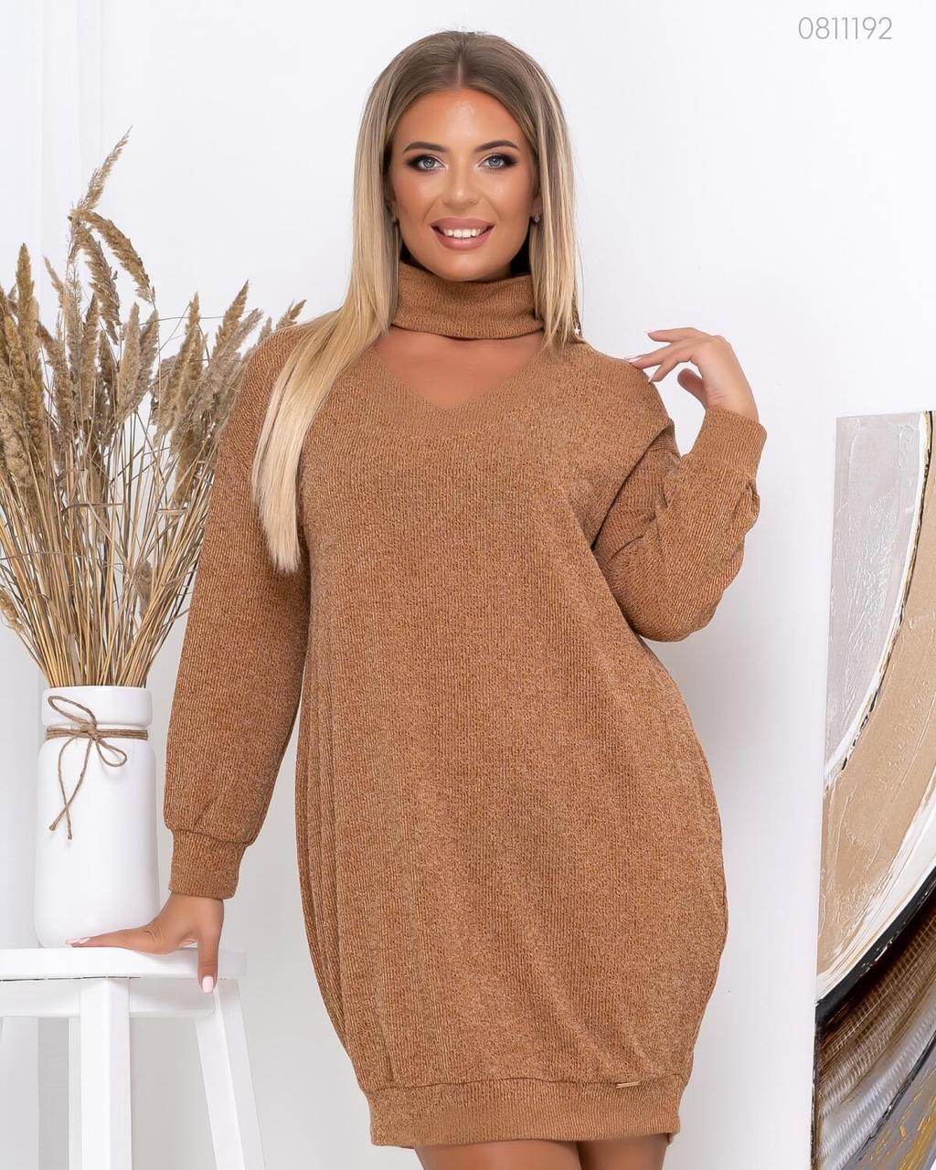 Вязаное свободное платье миди с декольте и воротом - стойкой в больших размерах 83blr773