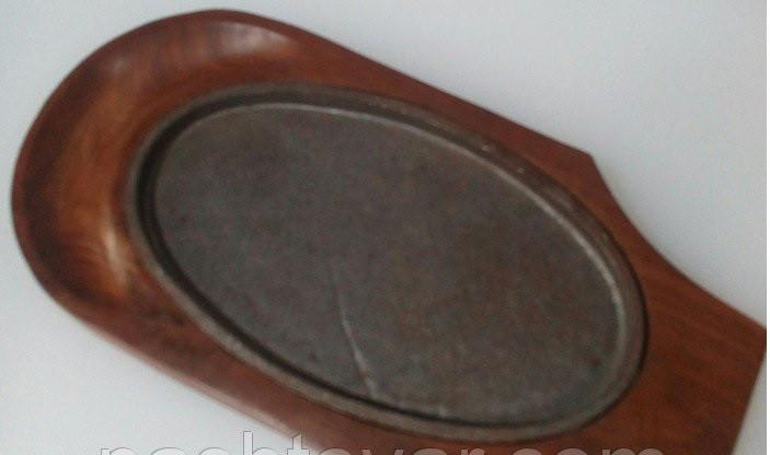 Сковорода чугун на деревянной подставке 333*220 мм