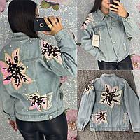 Женская джинсовая куртка с цветочной аппликацией на спине голубая, фото 1