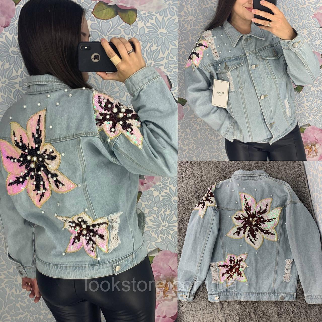 Женская джинсовая куртка с цветочной аппликацией на спине голубая