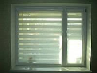 Делайт створка (день ночь), закрытая система (кассетная) рулонных штор с П-образными направляющими. Ткань Женева Белый. Каталог тканей День ночь (Делайт)