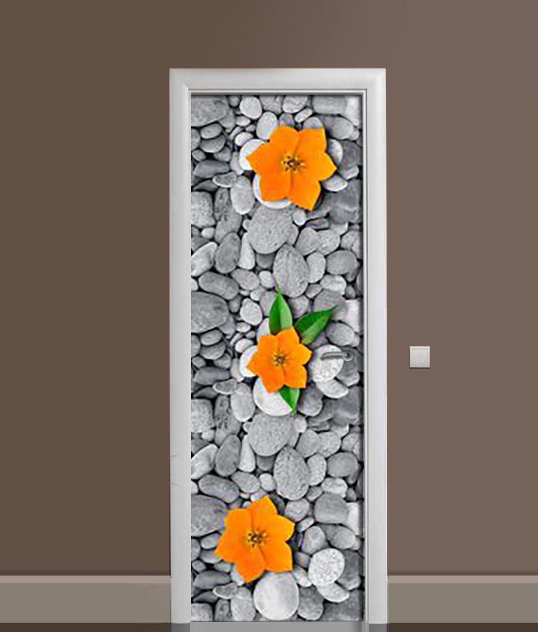 Вінілова 3Д наклейка на двері Помаранчеві квіти на каменях плівка ПВХ галька Текстура Сірий 650*2000мм