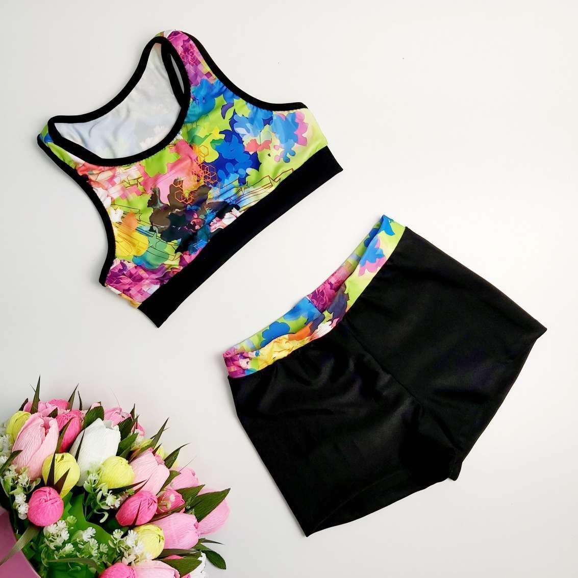 Яркий костюм для спортивных танцев с шортами и борцовкой с цветочным принтом на рост 116-150 см