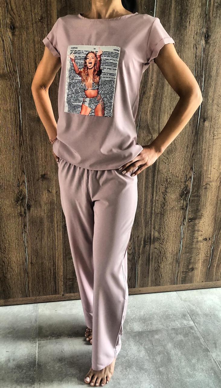 Пудровий молодіжний комплект з малюнком штани і футболка.