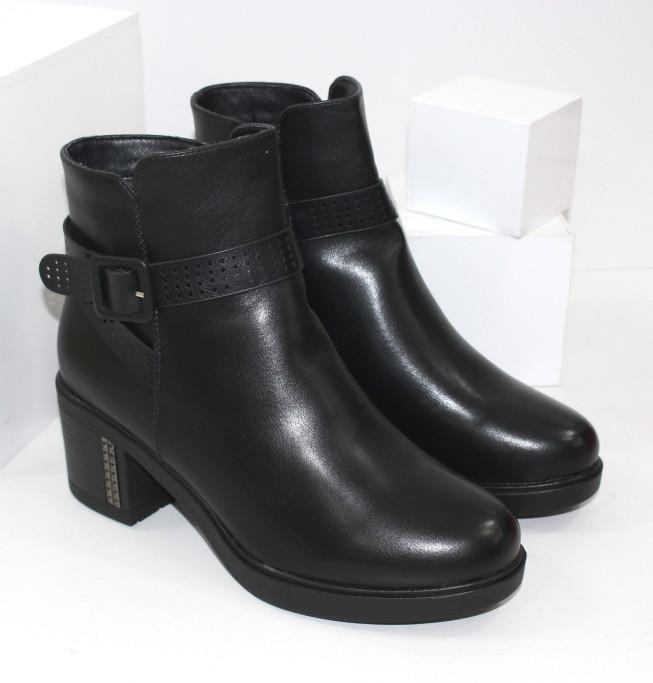 Демисезонные женские ботинки на удобном каблуке черного цвета