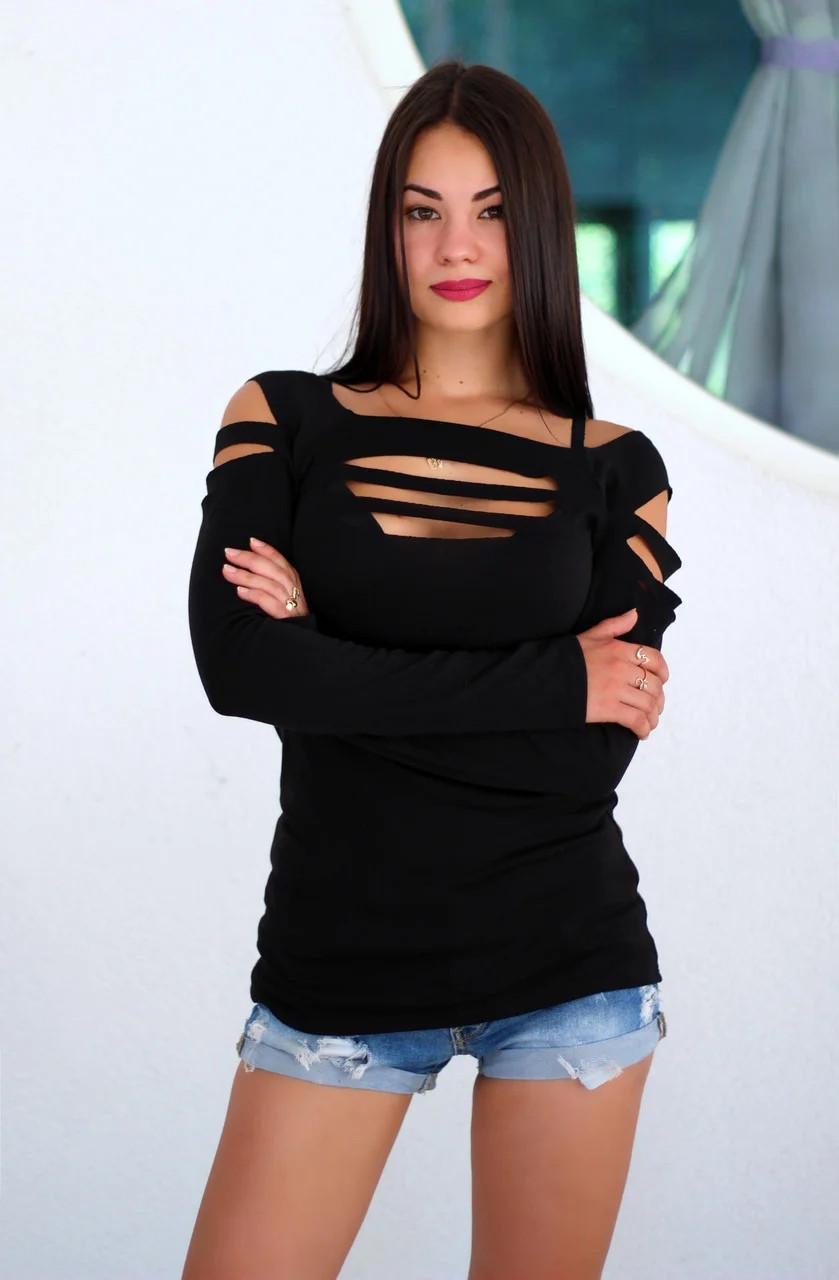 Женская эффектная кофта с разрезами на груди и плечах