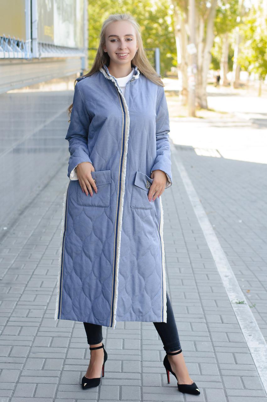 Стеганное демісезонне пальто з плащової тканини синього кольору