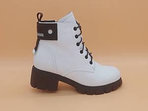 Зимние белые ботиночки на толстой подошве. Маленькие (33 - 35) размеры.