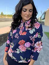 Костюм классический с юбкой синего цвета и принтованой блузой, фото 3