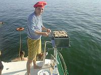 На арендуемой яхте, приготовим для Вас свежую камбала «бычек» кефаль любые морепродукты и не только