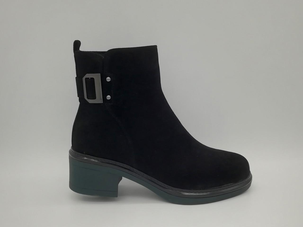 Зимові черевики на товстій підошві. Маленькі (33 - 35) розміри.